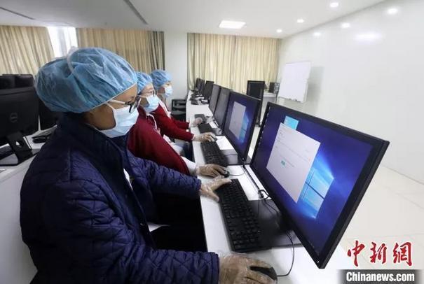 宁夏医科大学总医院的医务人员正通过互联网为患者提供在线问诊服务。 杨迪摄
