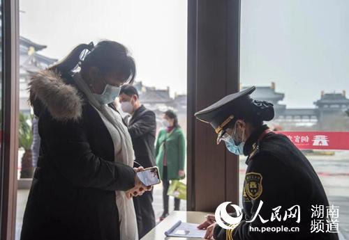 景区工作人员组织游客有序排队登记