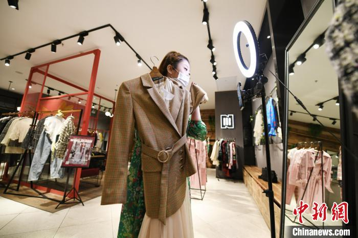 直播时宫笑妍不仅要试穿展示,还要对着镜头展示服装的材质、做工等细节。 张瑶摄