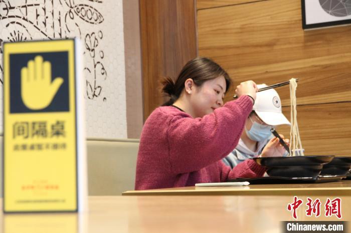 山东济南一家智慧餐厅内,顾客测温登记进店自助就餐,由炒菜机器人制作餐食,在防疫期间尽量减少人与人、人与餐食之间的接触。 孙宏瑗摄