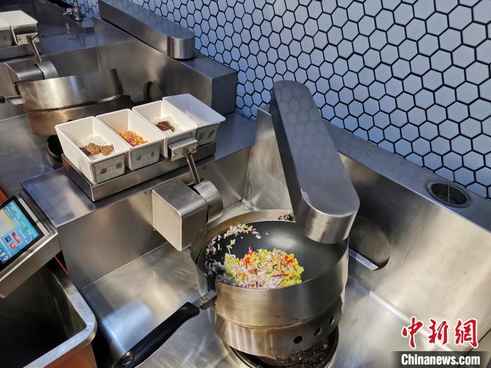 """济南一智慧餐厅炒菜机器人""""十八般厨艺""""制作""""有灵魂""""美食"""