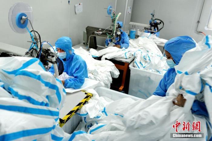 图为3月30日,福建康博医疗科技有限公司的工人赶制医用防护服。</p><p>中新社记者张金川摄