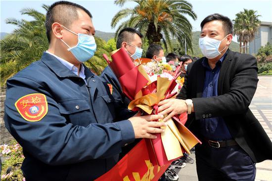 宁波公交集团党委副书记、总经理孙斌给勇士们献花。 董美巧供图