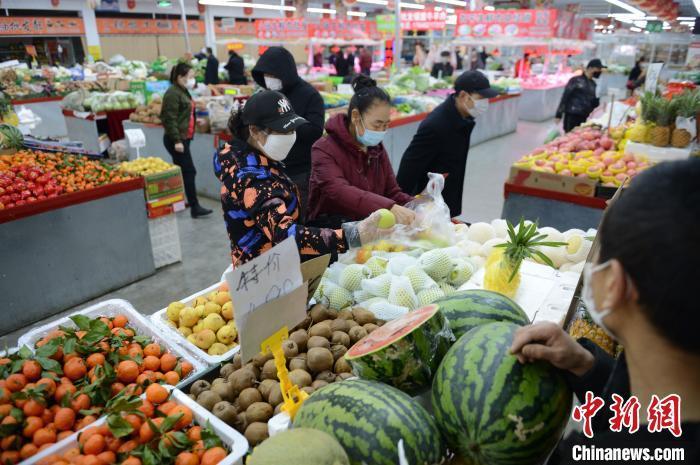 资料图:呼和浩特菜市场上人流涌动。 刘文华摄