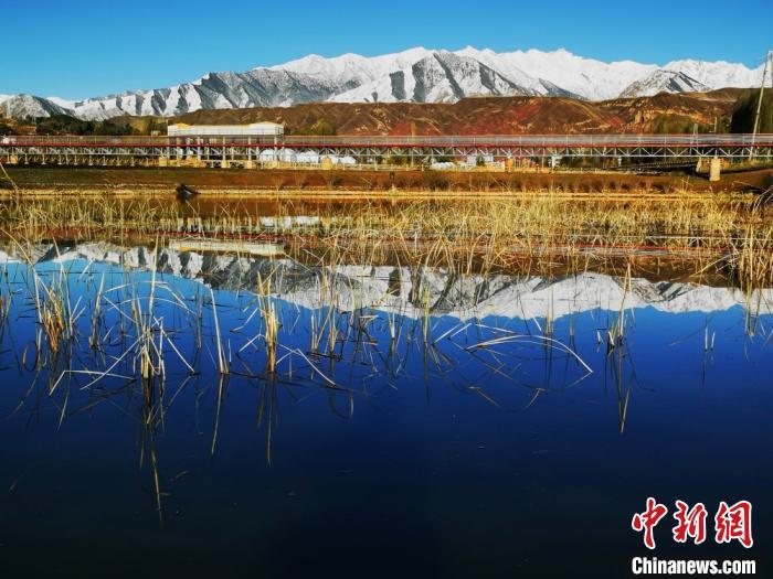 图为祁连山倒映河中,自成一景。 武雪峰摄