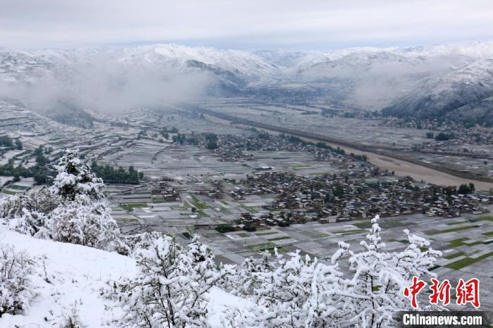 图为岷县境内山川白雪皑皑。 马万安摄