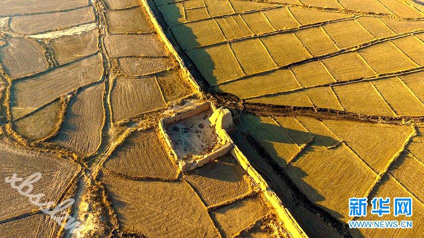 图为航拍甘肃永昌县境内的汉明长城。新华网发(刘忠文 摄)