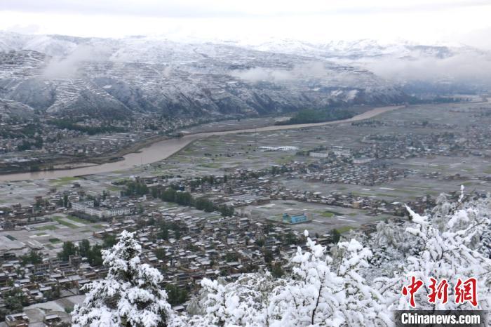图为航拍镜头下的岷县境内雪景。 马万安摄