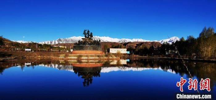 图为裕固族民俗度假4A级景区内,湛蓝天空与洁白雪山相映成趣。 武雪峰摄