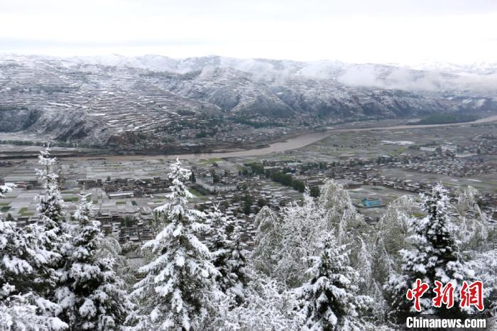 """图为岷县""""夏雪""""美如仙境。 马万安摄"""