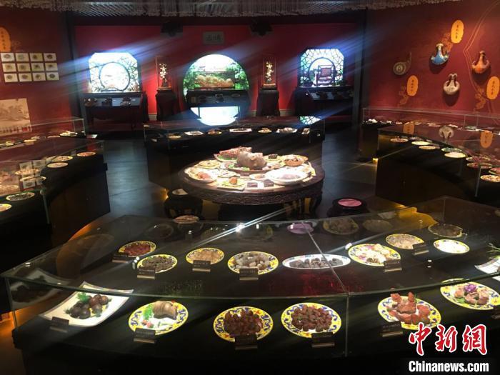 """图为""""丝路天宝·中国观赏石景园""""中部分藏品展示。 张婧摄"""