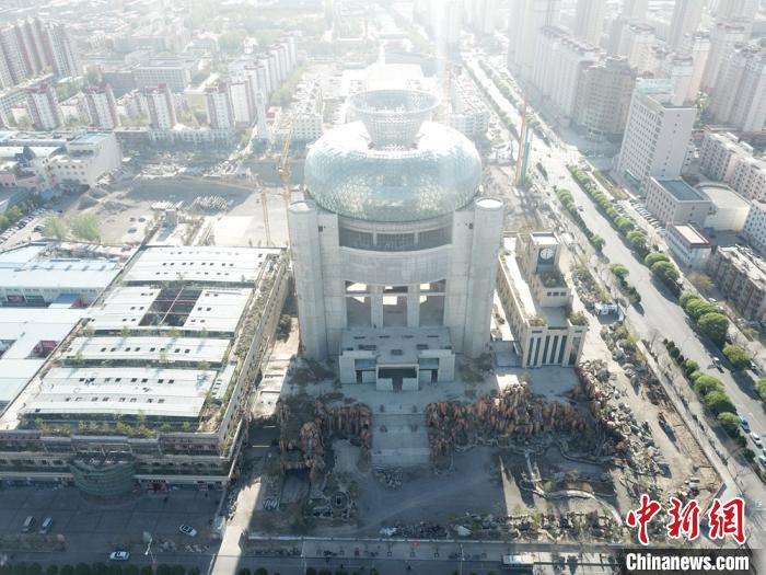 图为航拍李新民计划建设50万平米超大型项目富康天宝文旅综合体项目。 甘肃富康商贸集团供图摄