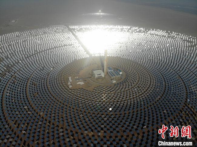 这是全球聚光规模最大、吸热塔最高、储热罐最大、可24小时连续发电的100兆瓦级熔盐塔式光热电站,标志着中国成为世界上少数掌握百兆瓦级光热电站技术的国家之一。(资料图) 杨艳敏摄