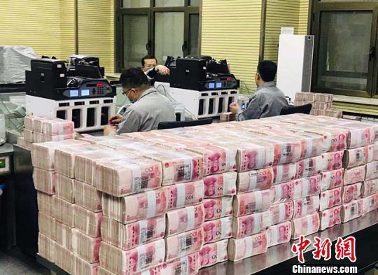 资料图:银行点钞员在工作。艾庆龙摄