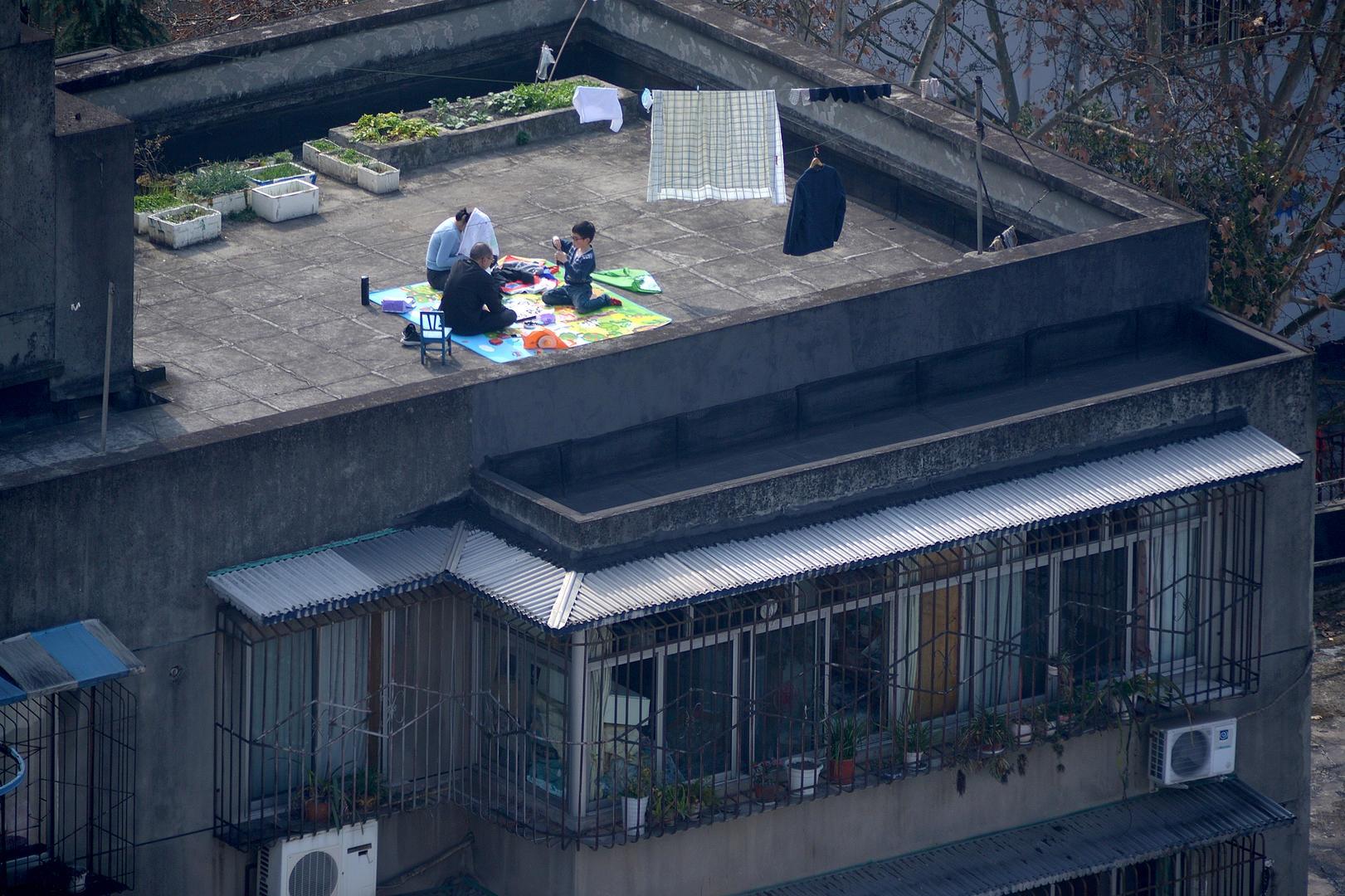 2月29日,成都疫情期间,屋顶上的亲子围棋较量。(三等奖).jpeg