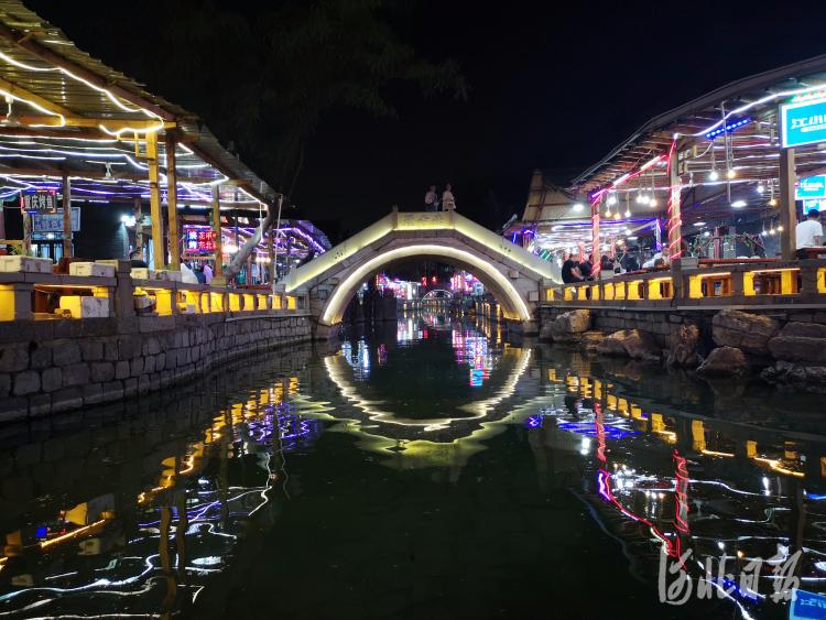 2020年6月6日晚,位于河北省滦州市的滦州古城景区环城水系灯火璀璨,夜色醉人。