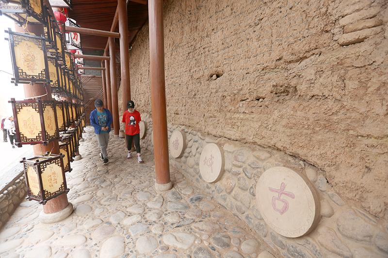 现存的古城墙遗址是清代同治六年村民为抵御匪患骚扰而修建