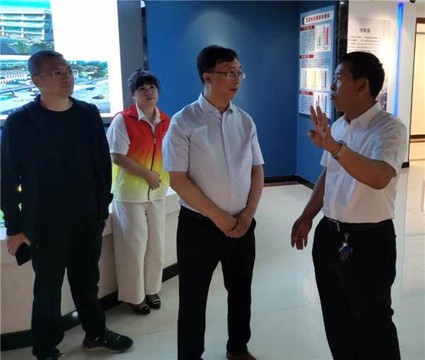 五星村党委书记杜一宝(右一)向记者介绍村里的情况。