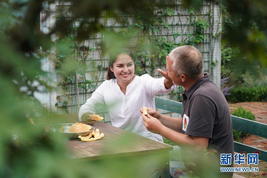 (图片故事)(9)新疆夫妇在江苏学种月季谋致富