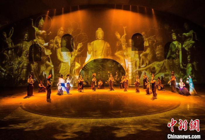 """图为沙漠实景剧《敦煌盛典》的演出现场,观众在""""穿越""""古今的赏剧体验中感触丝路文化。 康锦虎摄"""