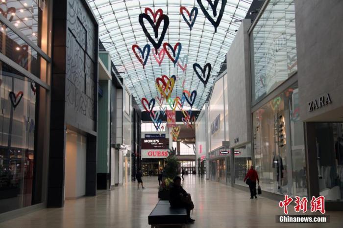 当地时间3月18日,加拿大多伦多大型商场约克戴尔(Yorkdale)购物中心内一片冷清,商场内绝大部分商铺已停业。 <a target='_blank' href='http://www.chinanews.com/'></p><p class=