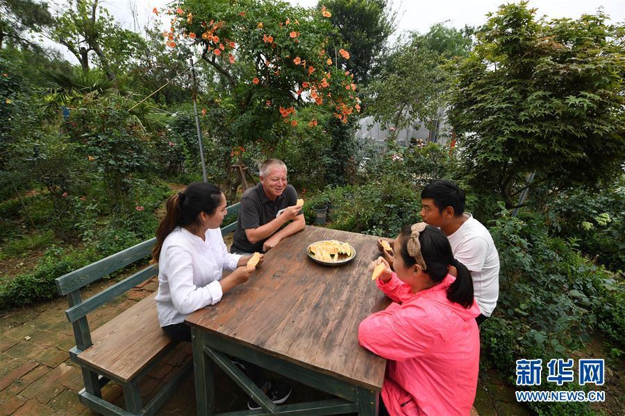 (图片故事)(12)新疆夫妇在江苏学种月季谋致富