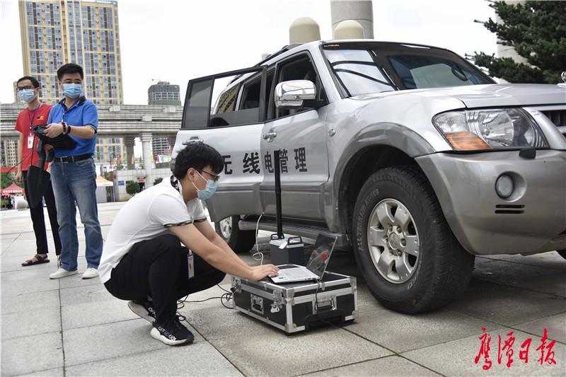 徐蓉摄-鹰潭一中考点内,市无线电管理局工作人员检查调试考点无线电监测设备.JPG