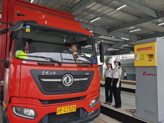 宁波机场海关监管货运卡车。 王吉宁摄