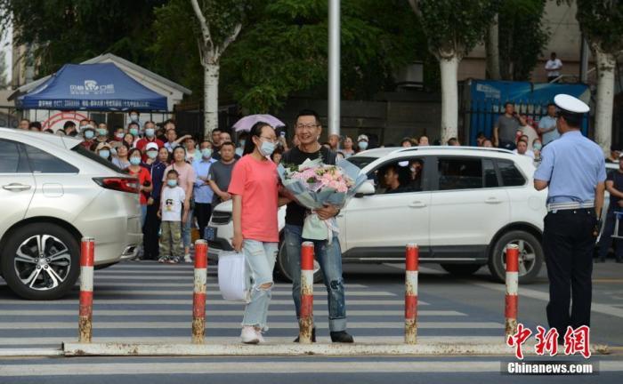 7月8日,内蒙古呼和浩特市一高考考点,考生结束考试后收到来自家长的鲜花。</p><p>中新社记者刘文华摄