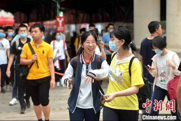 7月8日,福建福州屏东中学考点,高考考生在考试结束后轻松走出考场。 吕明摄