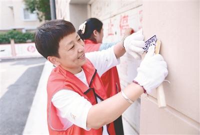 铁西志愿者正在进行社区服务。张文魁摄