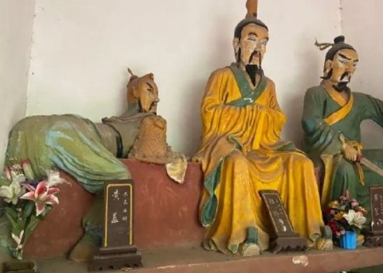 """黄盖雕像姿势被指""""魔性"""",引发网友吐槽网络图片"""