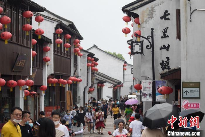 游客们走进山塘街感受江南韵味。 泱波摄
