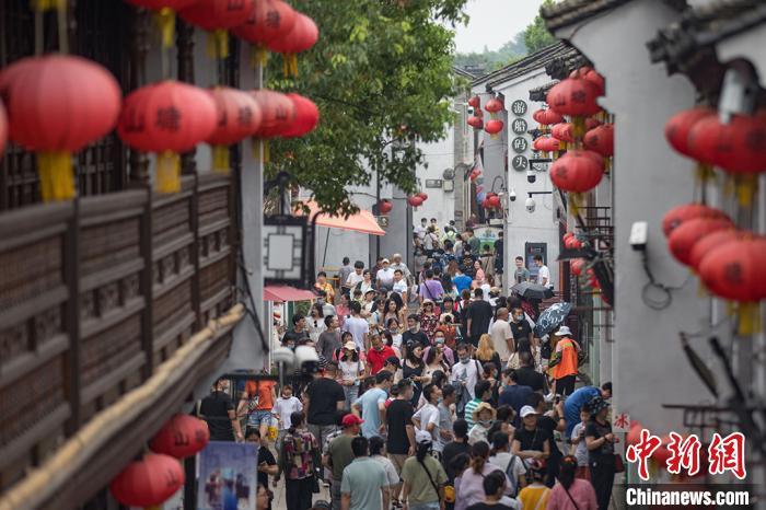 游客走进街巷深处,体验苏式市井生活,感受历史风貌和文化底蕴。 泱波摄