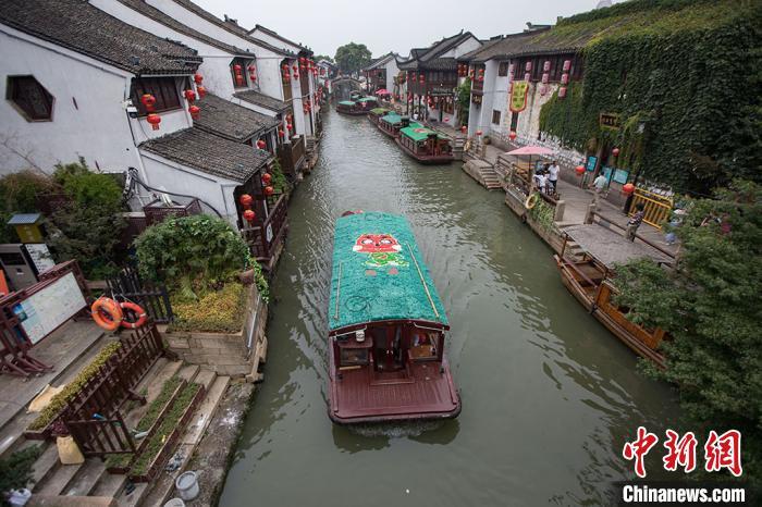 游客乘坐游船游览山塘河。 泱波摄