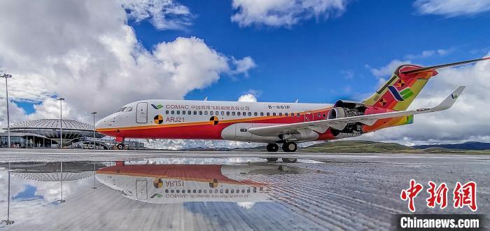 中国国产客机ARJ21在全球海拔最高民用机场完成专项试验试飞。 王脊梁摄