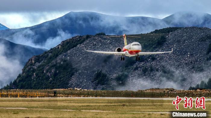 国产客机ARJ21在全球海拔最高民用机场完成专项试验试飞
