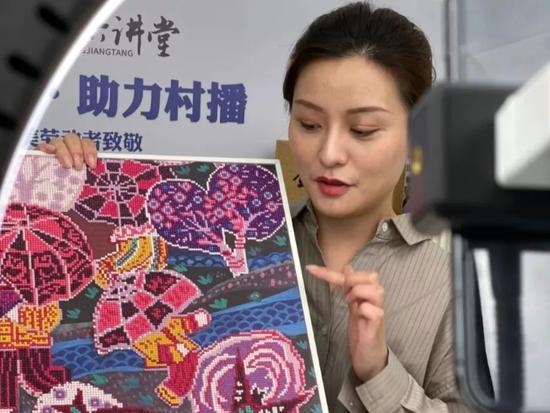 衢州本土主播楼妃妃在村播实训教学点直播带货柯城区委宣传部提供