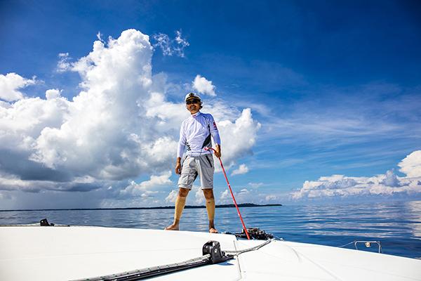 尔冬强在海上还遭遇桅杆被吹断,主帆落水事故后进入赤道无风带