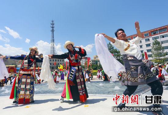 图为华锐新锅庄舞表演。