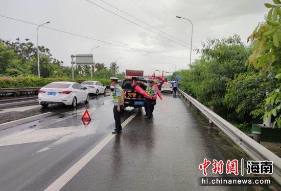 卡车载直升机撞上护栏三亚警方路管员及时处置