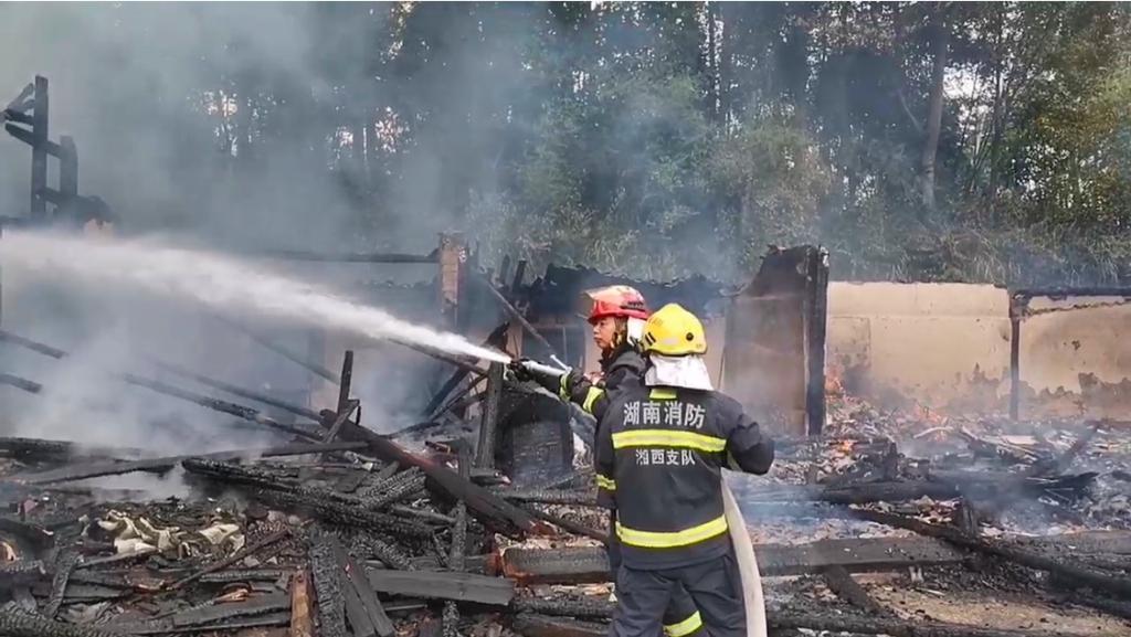 火势|湘西龙山木房起火 消防员奋战近4小时抢救