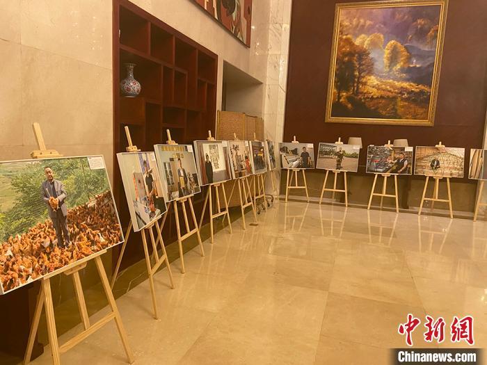 8月4日,甘肃退役军人创业代表艺术长廊展示风采。 高康迪摄
