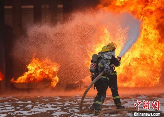 图为甘肃消防员进行救火演练。(资料图)甘肃消防供图