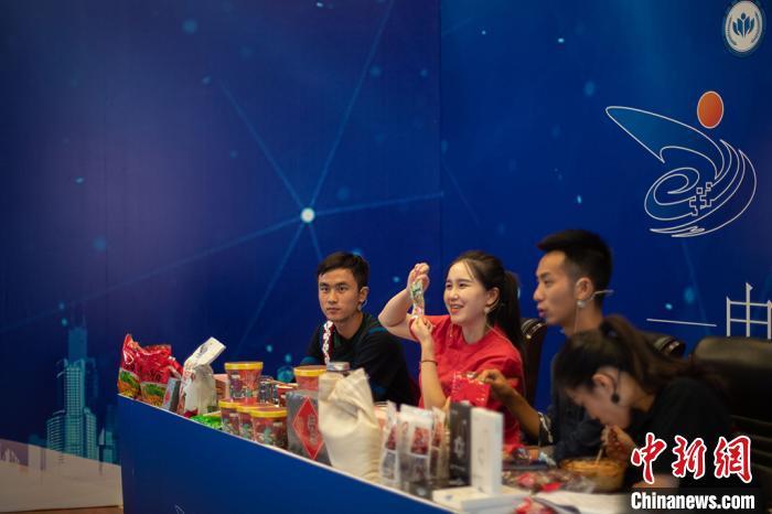 南京航空航天大学阿恩克其、扬州工业职业技术学院汪影等进入直播间开启带货环节。 泱波摄