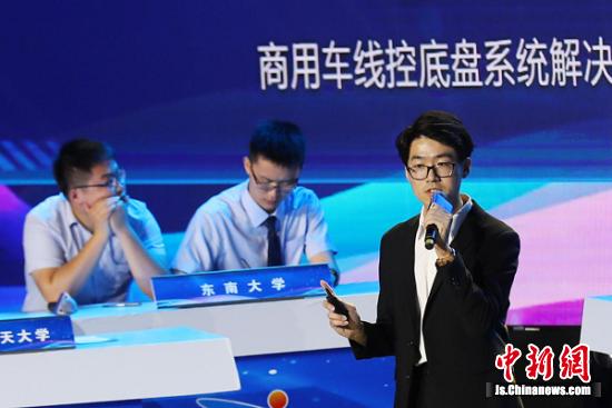 南京航空航天大学参赛选手在比赛中。中新社记者泱波摄
