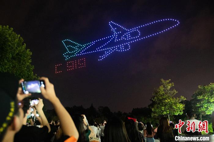 无人机组成C919飞机造型。 泱波摄