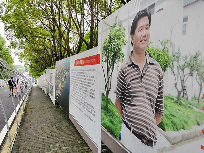 彭墩村景區內的張德華宣傳牌。本文圖片除注明外,均為澎湃新聞記者朱遠祥圖