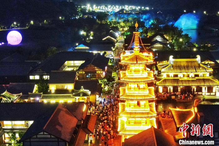 拈花塔是拈花湾小镇的最高点,古朴庄重之中融合了传统、和风和禅意。 泱波摄