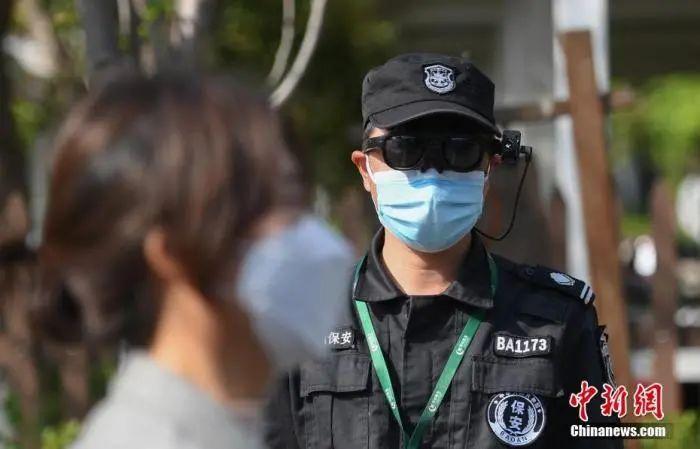 资料图:一位安保人员通过智能AR眼镜为游客测体温。中新社记者王刚摄